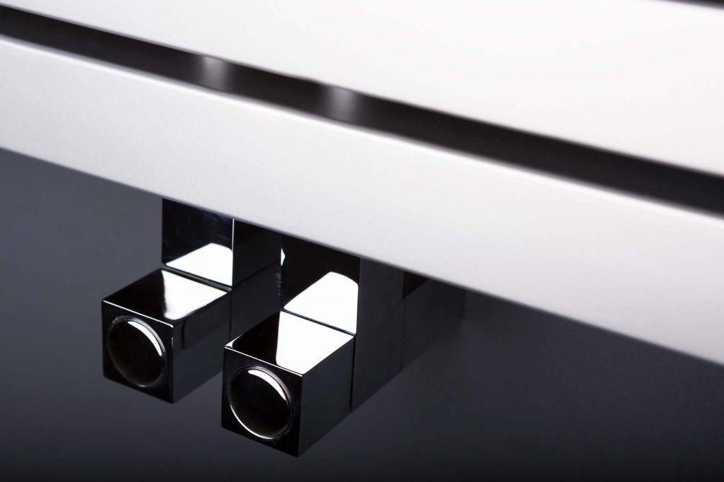 Zawor Carlo Poletti Cube zamontowany do grzejnika deoracyjnegi